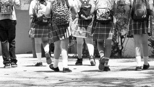 Lo que permite esta directriz es que, independientemente del género u orientación sexual del estudiante, pueda vestir falda o pantalón como parte de su uniforme escolar, según lo decida.
